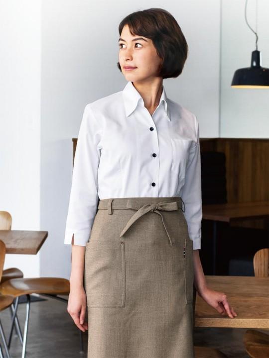 ネックラインが美しいシャツスタイル