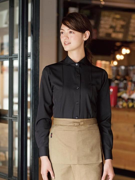 ピンタックがシャープな印象のシャツスタイル