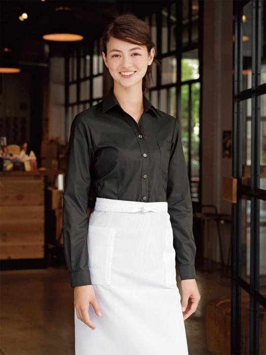 シャープな印象のベルカラーシャツスタイル