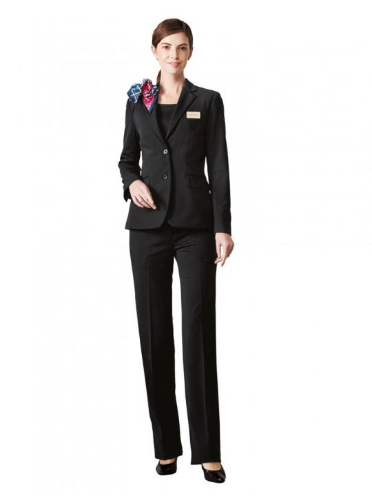 上品な印象のパンツスーツスタイル