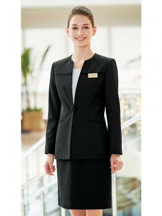 格調高いエレガントな雰囲気のスーツスタイル