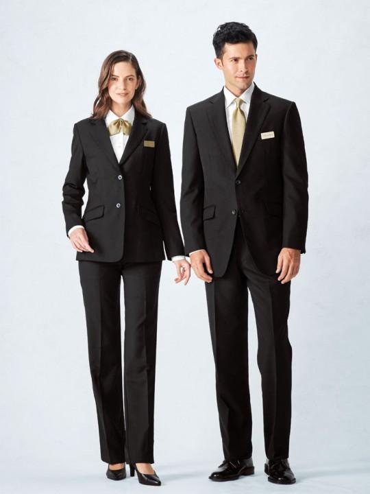 安心感のある上品なスーツスタイル