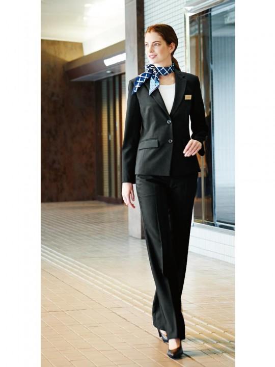 ベーシックな大人のブラックスーツスタイル