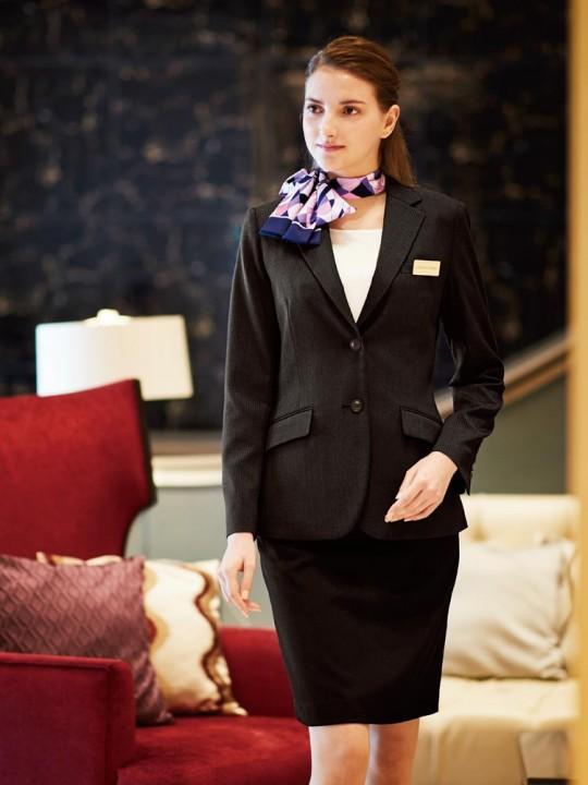 大人の女性のベーシックなスーツスタイル