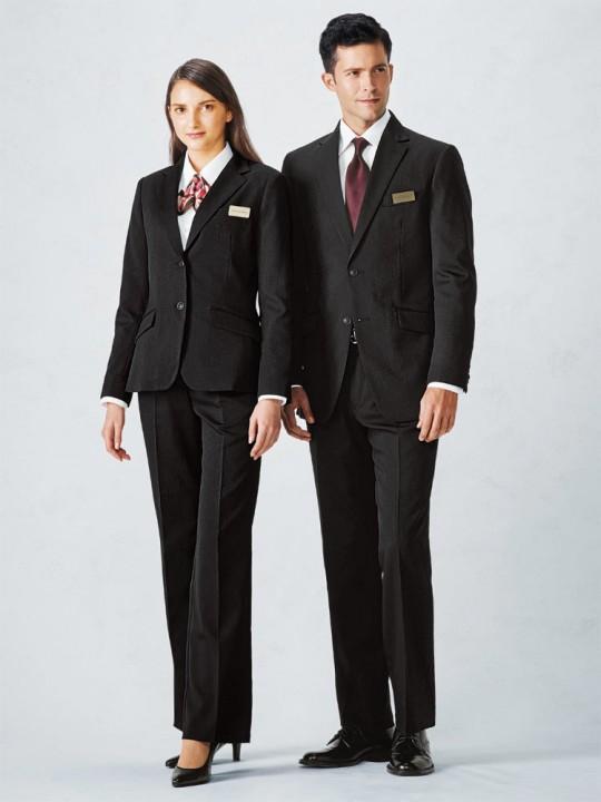 ピシッと決まるブラックスーツスタイル