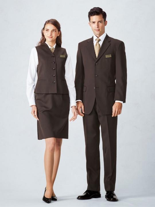 落ち着きのあるブラウンスーツスタイル